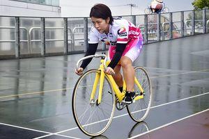 次のレースに向け練習に励む岩原さん=小松島市横須町の小松島競輪場