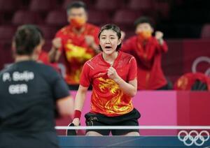 女子団体準決勝 ドイツ戦の第3試合でポイントを奪い、ガッツポーズする中国の陳夢=東京体育館