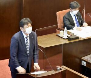 新潟県議会に参考人として出席した東京電力の小早川智明社長(左)=14日午後、新潟市