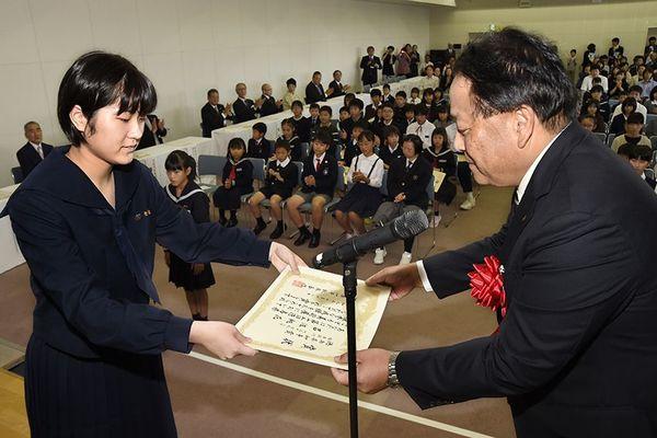 こども県展・絵画の部の徳島県知事賞を受け取る岩佐桃花さん