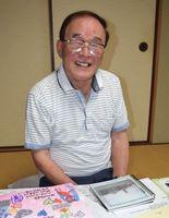 三光国民小児童と交流を続けている村崎さん。児童からは数多くの手紙が届く=阿南市宝田町