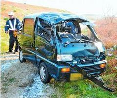 堤防から転落した軽乗用車。運転していた男性は死亡した=午前8時10分ごろ、藍住町東中富