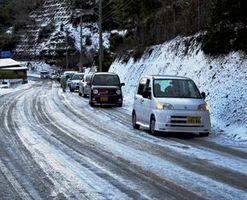 アイスバーンで動かなくなった車の列=午前8時半ごろ、勝浦町坂本の県道