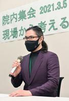 抗議声明を発表する「ウーバーイーツユニオン」の土屋俊明執行委員長=5日午後、東京都内