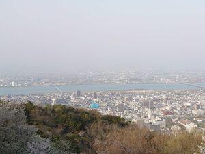 黄砂の影響でうっすらかすんで見える徳島市内=29日午後4時45分ごろ、眉山山頂