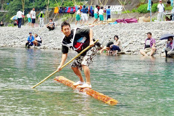 県内外からの参加者でにぎわう木頭杉一本乗り大会=2016年7月、那賀町木頭和無田の那賀川