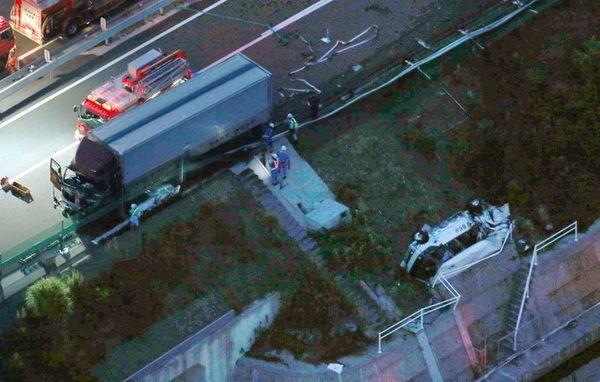 マイクロバス(右下)にトラックが衝突した徳島自動車道の事故現場=25日午後6時56分、鳴門市大津町(共同通信社ヘリから)