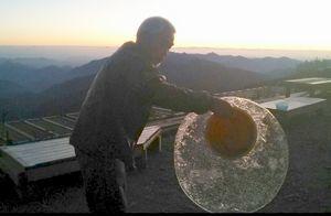剣山頂上ヒュッテで確認された初氷=美馬市木屋平(頂上ヒュッテ提供)
