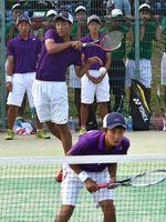 ソフトテニス男子決勝 つるぎ対徳島科技 第2ペア戦を制したつるぎの吉川(左から2人目)・森本組=JAバンクテニスプラザ