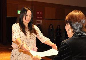 きらめく女性大賞に選ばれ表彰状を受け取る内藤さん(左)=徳島市のふれあい健康館
