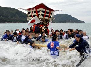豪快に海へとなだれ込む太鼓屋台「ちょうさ」と担ぎ手たち=美波町日和佐浦の大浜海岸
