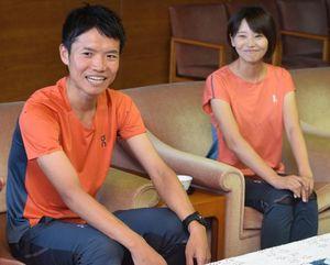 優勝を報告するため徳島県庁を訪れた石川さん(左)=2日