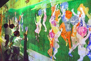 自分の描いた絵を触って反応を楽しむ子どもたち=徳島市東新町1の「チームラボアイランドミニ 阿波踊りパーク」