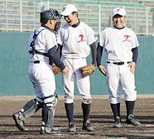 徳島市立対つるぎ 新校名で初勝利を挙げて喜ぶつるぎの選手たち=鳴門オロナミンC球場