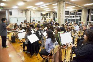 八木澤さん(左端)の指導で練習に励むBMSウインドアンサンブル=鳴門市勤労青少年ホーム
