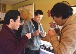 晩茶とタマネギを使ったプリンを味わう参加者=上勝町福原の月ケ谷温泉