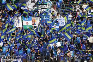 「ともにJ1へ」のフラッグを掲げる徳島サポーター=10月27日、鳴門ポカリスエットスタジアム