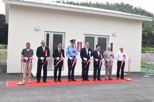 阿南市関係者や地元住民らが完成を祝った大西ポンプ場の開業式=同市福井町大西