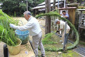 茅の輪を作る氏子たち=美波町の日和佐八幡神社
