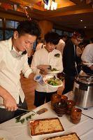 リユースした食器に料理を取る参加者=上勝町福原の月ケ谷温泉