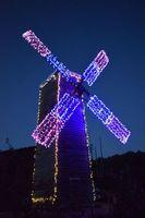 1500個のLEDで彩られた風車=那賀町木頭名