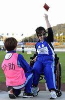 陸上のビーンバッグ投げで1位に輝いた小川さん(右)=和歌山市の紀三井寺公園陸上競技場