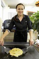 お好み焼き店を営むエレナさん=鳴門市撫養町のお好み焼き店「ビニプーカ」