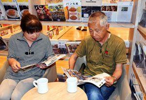 購入前の本をカフェに持ち込んで品定めする利用客=未来屋書店徳島店