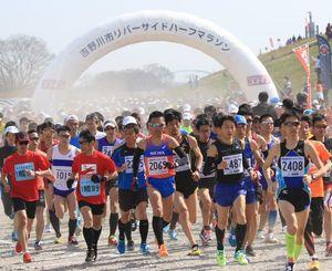 吉野川沿いを走る恒例の「吉野川市リバーサイド・ハーフマラソン」=今年3月、市鴨島運動場周辺