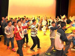 阿波踊りを体験する中国の高校生ら=阿波おどり会館