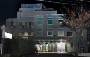 駐車場で倒れている男性が発見された高田中央病院=6日未明、横浜市港北区