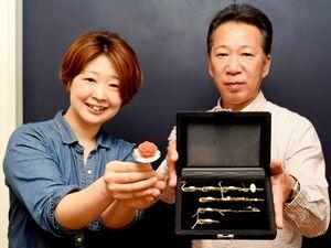 指輪とフラワーケーキのセット商品化を目指す田上さん(右)と竹内さん=徳島市八万町下長谷のカフェ・レストラン「ねこやまねこ」