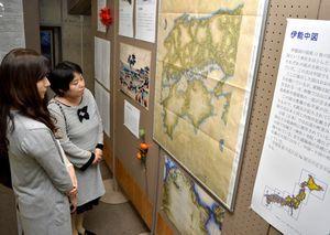 伊能忠敬の日本地図に見入る来場者=県教育会館