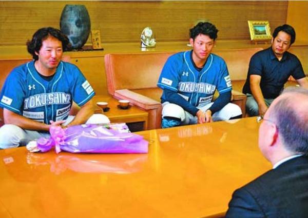 後藤田副知事(手前)に前期優勝を報告する牧野監督(左端)ら=県庁