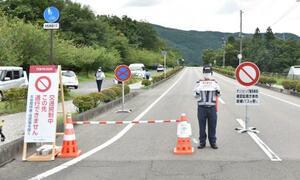 一般車両の交通が規制された福島県営あづま球場周辺の道路=28日午後、福島市