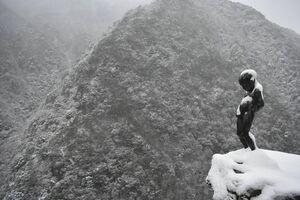 雪が積もった小便小僧像=16日午前10時ごろ、三好市池田町松尾