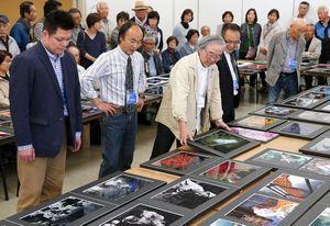 放美展・写真部門の作品を見る審査員=徳島市のあわぎんホール