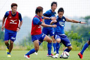 3試合連続の白星を目指す徳島の選手たち=徳島スポーツビレッジ
