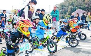 ランニングバイクで勢いよくスタートする子どもたち=鳴門市のボートレース鳴門