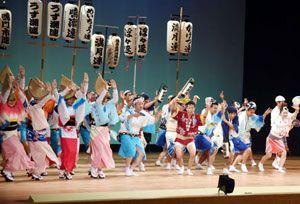 観客を魅了した鳴門市選抜阿波おどり大会のステージ=市文化会館