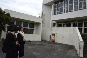 増田さん設計の島田小を見学する参加者=鳴門市瀬戸町
