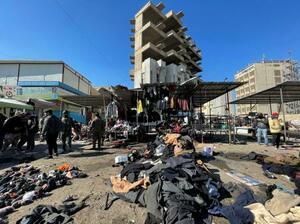 21日、自爆テロのあったイラクの首都バグダッドの現場(ロイター=共同)