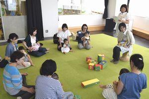 子育て座談会で交流する参加者=徳島市立図書館