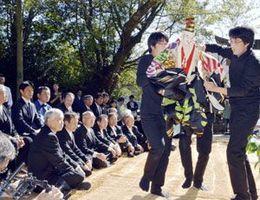 映画に収められた人形浄瑠璃公演で「三番叟」を披露する徳島文理大生ら=2016年10月10日、美波町赤松の赤松神社参道