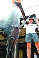 深谷さんが釣り上げた132・8キロのクロカワカジキ=阿南市の中林漁港