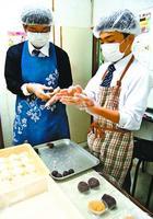 おはぎを作る生徒=小松島市和田島町のスーパー「三和」