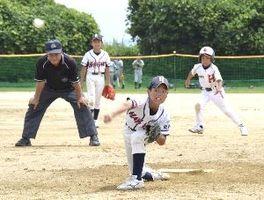 1回戦・林崎対助任ホークス 4回裏、2死満塁のピンチで力投する林崎の宮本貴寛君(手前)=吉野川南岸グラウンド