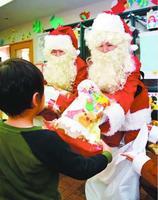 サンタクロースに扮し、プレゼントを渡すNTT西日本の社員=徳島市福島1の阿波国慈恵院