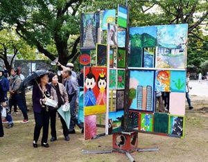作品に見入る来園者=徳島中央公園