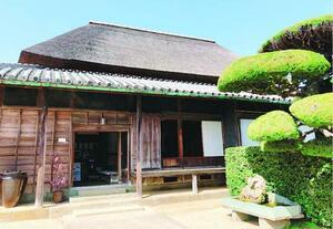 洪水時には屋根が救命ボートになる田中家住宅。自然との攻防が生んだ設計だ=石井町藍畑